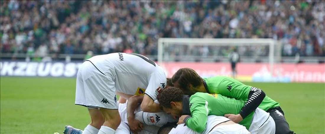 Los jugadores del Gladbach celebran el gol des Havard Nordtveit durante el partido de la Bundesliga que han jugado Borussia Moenchengladbach y VfL Wolfsburg en el Borussia-Park de Moenchengladbach, Alemania.  EFE/EPA