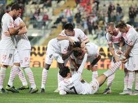 El jugador del Carpi Ryder Matos (abajo) celebra con sus compañeros un gol durante el Carpi FC- Torino FC en el Alberto Braglia Stadium en Modena, Italia. EFE/EPA