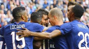 El uruguayo del PSV Eindhoven Gastón Pereiro (c) celebra con sus compañeros uno de los goles de su equipo durante el clásico holandés que han  jugado Ajax Amsterdam y PSV Eindhoven en Amsterdam, Netherlands, Holanda. EFE/EPA/