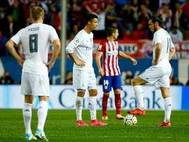 El delantero portugués del Real Madrid Cristiano Ronaldo (2i) y el centrocampista galés Gareth Bale (d) durante el partido frente al Atlético de Madrid de la séptima jornada de Liga que se jugó en el estadio Vicente Calderón de Madrid. EFE