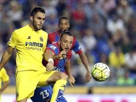 El delantero argelino del Levante Nabil Ghilas (d) disputa un balón con defensa del Villarreal Víctor Ruiz (i), durante el partido de la séptima jornada de Liga. EFE