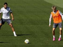 Los centrocampistas del Real Madrid, el brasileño Carlos Henrique Casemiro (i) y el noruego Martin Odegaard, durante un entrenamiento. EFE/Archivo