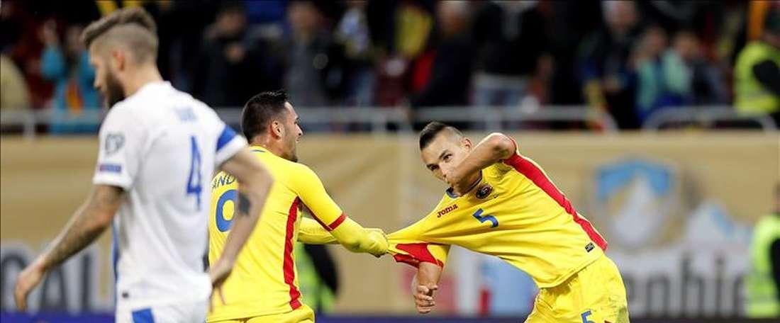 Los jugadores Ovidiu Hoban (d) y Florin Andone (c), de Rumania, reaccionan hoy, jueves 8 de octubre de 2015, durante un partido contra Finlandia, clasificatorio a la Eurocopa 2016, en el estadio Nacional Arena en Bucarest, Rumania. EFE