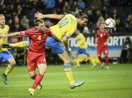 El delantero sueco Zlatan Ibrahimovic (dcha) remata ante el jugador de Moldavia, Iulian Erhan, durante el partido del grupo G de la fase clasificatoria para la Eurocopa 2016 disputado en el estadio Friends Arena de Estocolmo, Suecia, el 12 de octubre del 2015. EFE