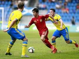 El centrocampista de la selección española sub 21 Oliver Torres (c) pugna entre Wahlqvist (i) y Mrabti (d), de Suecia, durante el partido correspondiente a la fase de clasificación para el Europeo de 2017 que ambas selecciones disputan hoy en el Estadio Heliodoro Rodríguez López de Santa Cruz de Tenerife. EFE