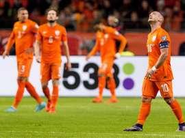 El jugador holandés Wesley Sneijder (d) reacciona hoy, martes 13 de agosto de 2015, durante un partido contra República Checa, clasificatorio a la Eurocopa 2016 en Amsterdam, Holanda. EFE