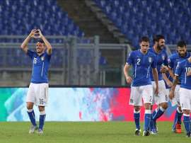 El jugador Alessandro Florenzi (i) de Italia celebra la anotación de un gol hoy, martes 13 de octubre de 2015, durante un partido clasificatorio del grupo H entre Italia y Noruega por la Eurocopa UEFA 2016, que se disputa en el estadio Olímpico en Roma (Italia). EFE