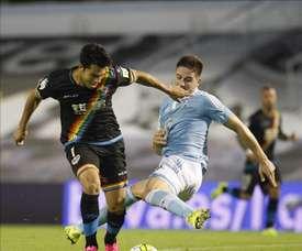 El jugador del Celta de Vigo Fontás (d) pugna por un balón con el jugador del Rayo Vallecano Miku, durante el partido de la segunda jornada de Liga que se jugó en el estadio de Balaídos, en Vigo. EFE/Archivo
