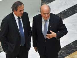 El presidente de la FIFA, Joseph Blatter (dcha), habla con el presidente de la UEFA, Michel Platini (izq). EFE/Archivo