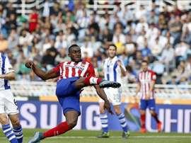El delantero del Atlético de Madrid Jackson Martínez (d), ante el defensa de la Real Sociedad Íñigo Martínez (i), durante el partido de la octava jornada de Liga de Primera División en el estadio de Anoeta de San Sebastián. EFE