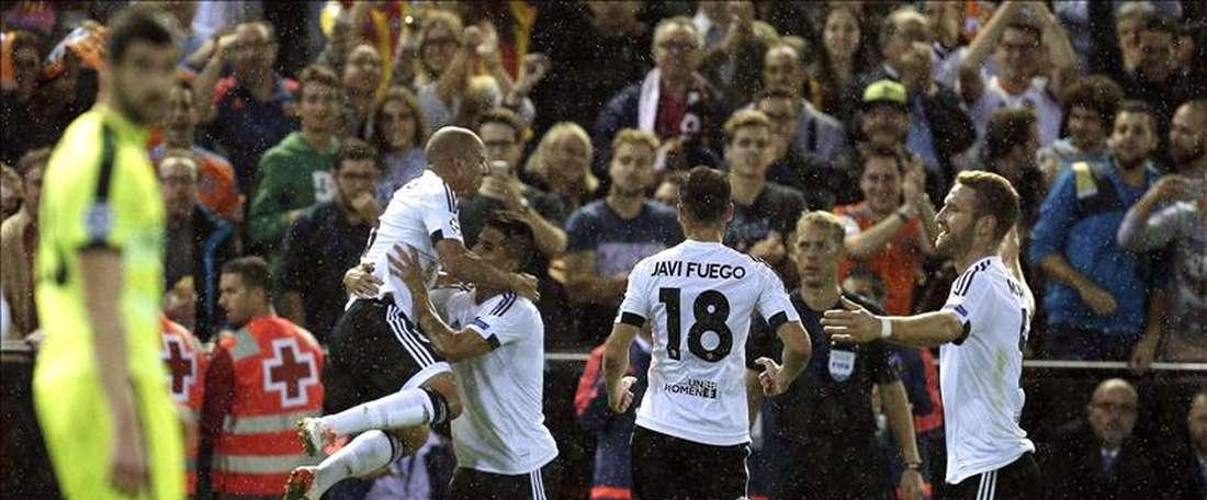 El centrocampista del Valencia CF, Sofian Feghouli (i), celebra el primer gol ante el KAA Gent, durante el partido de la tercera jornada de la fase de grupos de Liga de Campeones que se jugó en el campo de Mestalla, en Valencia. EFE