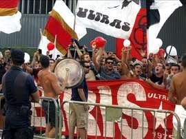 Un grupo de aficionados en el estadio Sánchez Pizjuán de la capital andaluza. EFE/Archivo
