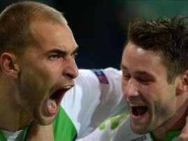 Bas Dost (i) del Wolfsburgo celebra su gol ante el PSV con su compañero Christian Traesch (d)  durante un partido de la Liga de Campeones de la UEFA en Wolfsburgo (Alemania). EFE