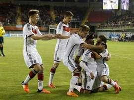 Los jugadores de Alemania celebran el gol de Félix Passlack de penalti contra Argentina, durante el partido entre Alemania y Argentina en el mundial de fútbol sub 17 en el estadio Nelson Oyarzún de Chillán (Chile). EFE
