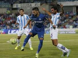 El centrocampista del Getafe Ángel Lafita (i) disputa un balón con el argentino Marcos Angeleri, del Málaga, durante el partido, correspondiente a la cuarta jornada de Liga en Primera División. EFE/Archivo