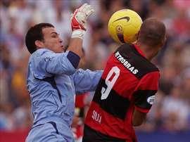 En la imagen, el portero uruguayo Alexis Viera (i). EFE/Archivo