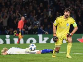 Aleksandar Dragovic de Dynamo (i) reacciona tras hacer un autogol durante un partido por el grupo G de la Liga de Campeones entre el Chelsea y el Dynamo Kiev en Stamford Bridge en Londres (Reino Unido). EFE