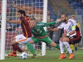 El jugador del Bayer Leverkusen comete una falta para penalti a Mohamed Salah (i), de la Roma,  durante un partido por el Grupo E de la Liga de Campeones de la UEFA entre la Roma y el Bayer Leverkusen en el estadio Olímpico de Roma (Italia). EFE