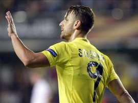 El delantero del Villarreal Roberto Soldado celebra su gol, tercero del equipo, durante el partido correspondiente a la tercera jornada de la fase de grupos de la Liga Europa que Villarreal y Dínamo de Minsk en el estadio de El Madrigal, en Villarreal. EFE