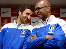 En la imagen, el jugador español del Cosmos de Nueva York Raúl (i), junto a su compañero Marcos Senna (d). EFE/Archivo