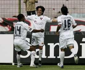 Liga de Quito remontó hoy el marcador y terminó imponiéndose por 2-3 a Liga de Loja, con lo que sostuvo el liderato del fútbol en Ecuador. En la imagen un registro de otra de las celebraciones de la Liga de Quito de Ecuador. EFE/Archivo