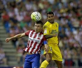El centrocampista del Atlético de Madrid Gabi Fernández (i) pelea un balón aéreo con el defensa de la Unión Deportiva Las Palmas Javi Garrido. EFE/Archivo