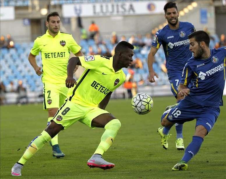El centrocampista del Levante Jefferson Lerma (i) pelea un balón con el centrocampista del Getafe Víctor Rodríguez (d) durante el partido de la sexta jornada de Liga que ambos equipos disputaron en el estadio Coliseum Alfonso Pérez de Getafe. EFE/Archivo