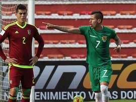 El jugador Juan Carlos Arce (d) de la selección boliviana de fútbol celebra una anotación durante un partido entre Venezuela y Bolivia por las eliminatorias sudamericanas del Mundial de Rusia 2018, que se disputa en el estadio Hernando Siles en La Paz (Bolivia). EFE