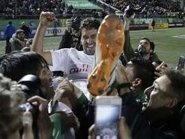 Raúl González (d), delantero del Cosmos  de Nueva York, celebrando con sus compañeros el título de la North American Soccer League, tras vencer al Ottawa Fury FC, en el estadio James M. Shuart de Hempstead (Nueva York, EE.UU.). EFE