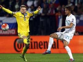 Seth Sydorchuk (i) de Ucrania en acción contra Martin Milec (d) de Eslovenia durante su partido clasificatorio para la EURO 2016 de la UEFA en Maribor (Eslovenia). EFE