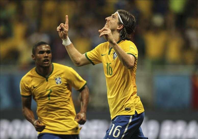 El jugador Filipe Luís (d) de Brasil celebra la anotación de un gol, hoy martes 17 de noviembre de 2015, durante un partido ante Perú que se disputa en el estadio de Fonte Nova en Salvador, Bahía (Brasil). EFE