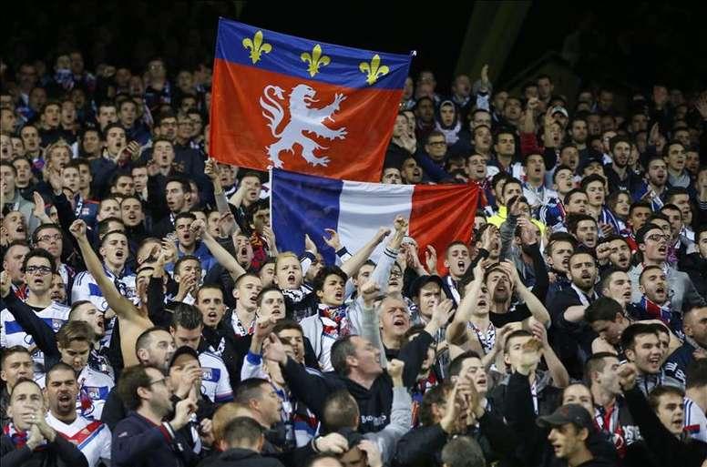 Fanáticos de Olympique Lyon en el estadio Stade Gerland en Lyon (Francia). EFE/Archivo