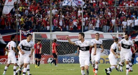 Jugadores de Olimpia celebran después de anotar un gol ante Cerro Porteño. EFE/Archivo