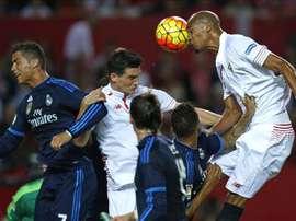 El centrocampista francés del Sevilla Steven NZonzi (d) efectúa un remate en presencia de su compañero Marco Andreolli (c) y del delantero portugués del Real Madrid Cristiano Ronaldo. EFE/Archivo