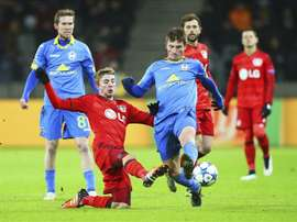 El centrocampista del Borisov Evgeni Yablonski (c) lucha por el control del balón con el centrocampista del Bayer Leverkusen Christoph Kramer (2-i) durante el partido del grupo E de la Liga de Campeones disputado en Borisov, Bielorrusia. EFE/Tatyana Zenkovich