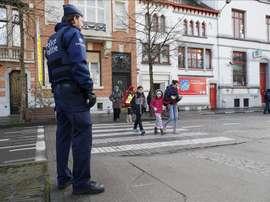 Un policía belga hace guardia a las puertas de un colegio en Bruselas (Bélgica). EFE/Archivo
