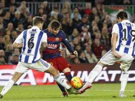 El jugador argentino del FC Barcelona Leo Messi chuta a puerta ante los defensa de la Real Sociedad Íñigo,iz., y Yiri, durante el partido correspondiente a la decimotercera jornada de Liga que ambos equipos han disputado en el estadio Camp Nou de Barcelona, que finalizó con el resultado de 4-0. EFE