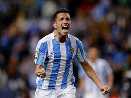 El delantero brasileño del Málaga Charles Dias celebra el primer gol que ha marcado ante el Granada, durante el partido correspondiente a la decimotercera jornada de Liga de Primera División en el estadio de la Rosaleda en Málaga. EFE