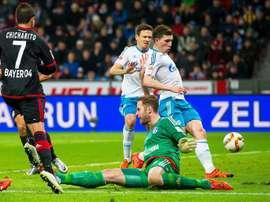 L'attaquant du Leverkusen, Chicharito face au gardien du Schalke Ralf Faehrmann en Bundesliga. AFP