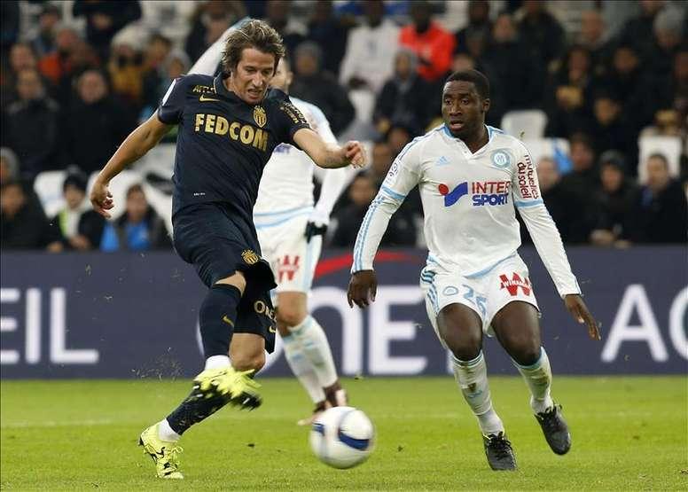 El jugador del Marsella Brice Djadjedje, del Olympique Marseille (d), trata de frenar a Fabio Coentrao, del AS Monaco durante el partido de la  Ligue 1 jugado en el Velodrome, Marsella, Francia. EFE/EPA