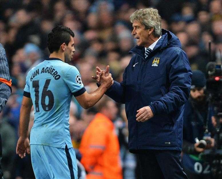 El jugador del Manchester City Sergio Aguero (i) es felicitado por su entrenador, Manuel Pellegrini (d). EFE/Archivo
