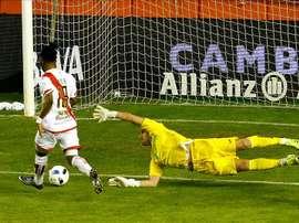 El delantero guineano del Rayo Vallecano Lassane Bangoura (i) marca el primer gol del equipo frente al portero húngaro Balázs Megyeri, del Getafe CF, durante el partido de ida de dieciseisavos de final de la Copa del Rey que se jugó en el estadio de Vallecas, en Madrid. EFE