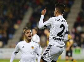 El centrocampista portugués del Valencia Joao Pedro Cavaco Cancelo (d) celebra el gol marcado ante el Barakaldo CF, el primero del equipo, durante el partido de ida de dieciseisavos de final de la Copa del Rey, que se jugó en el campo de Lasesarre, en Barakaldo. EFE
