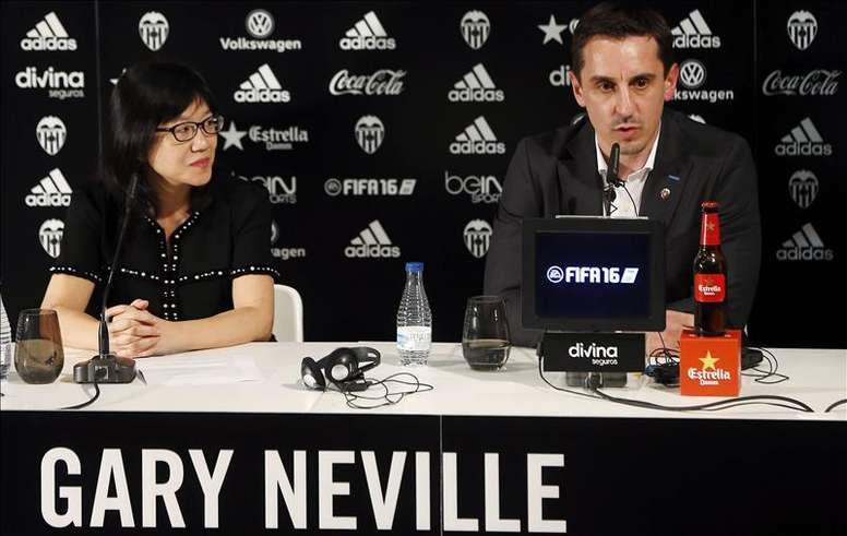 El técnico inglés Gary Neville y la presidenta del Valencia, Lay Hoon Chan, durante su presentación esta tarde en el estadio de Mestalla como entrenador de la primera plantilla del Valencia C.F. hasta el próximo 30 de junio. EFE
