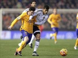 El delantero argentino del F. C. Barcelona, Leo Messi (i), disputa el balón con el centrocampista brasileño del Valencia, Danilo Barbosa da Silva, durante el encuentro correspondiente a la decimocuarta jornada de primera división en el estadio valencianista de Mestalla. EFE