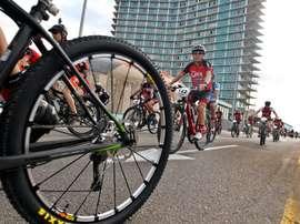 Ciclistas participan en el Titán Tropic Cuba el sábado 5 de diciembre de 2015, en La Habana, un recorrido por la capital de la isla. EFE