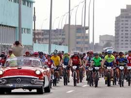 Ciclistas participan en el Titán Tropic Cuba el 5 de diciembre de 2015, en La Habana, un recorrido por la capital de la isla, donde mañana saldrá la primera etapa de la edición cubana del evento. EFE