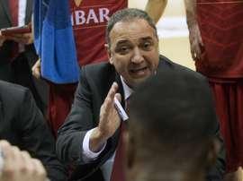 El entrenador del Cai Zaragoza , Andreu Casadevall (c), da instrucciones a sus jugadores. EFE/Archivo