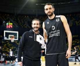 El nuevo jugador del Bilbao Basket, el balcanico Mirza Begic (d), durante su presentación junto al entrenador Sito Alonso (i). EFE