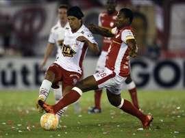 En la imagen, el jugador de Huracán de Argentina Patricio Toranzo (i) disputa el balón con Daniel Angulo (d) de Independiente Santa Fe de Colombia el 2 de diciembre de 2015, en el partido de ida por la final de la Copa Sudamericana, en la cancha de Huracán en Buenos Aires (Argentina). EFE